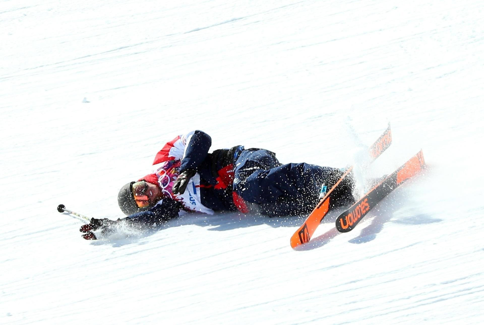 08.02.2014 - Britânico James Woods escorrega durante a prova de Ski Slopestyle