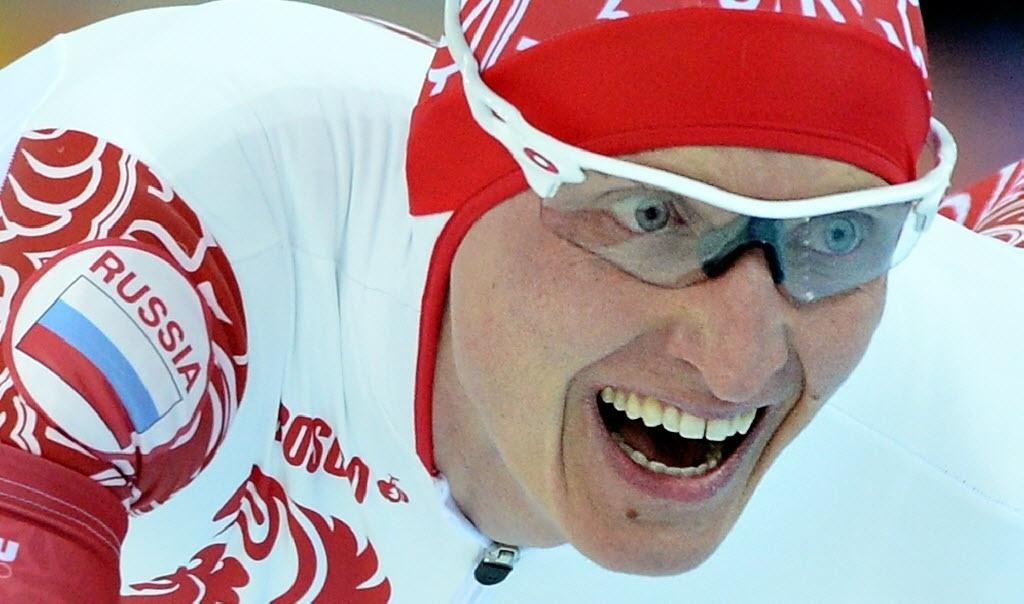 08.02.2014 - Ivan Skobrev, da Rússia, relaxa bastante o rosto durante a prova de ski em velocidade