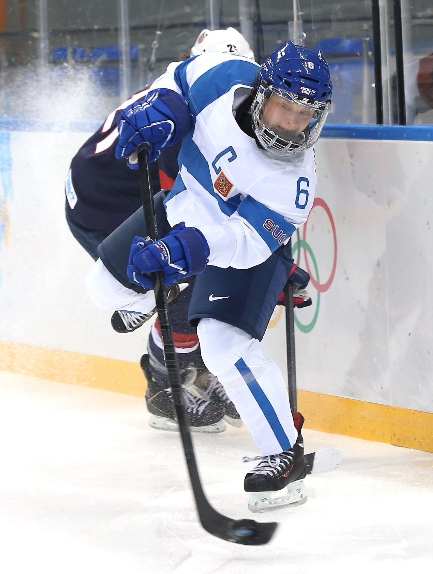08.02.2014 - Jenni Hiirikoski, da Finlândia, empurra Hilary Knight para trás