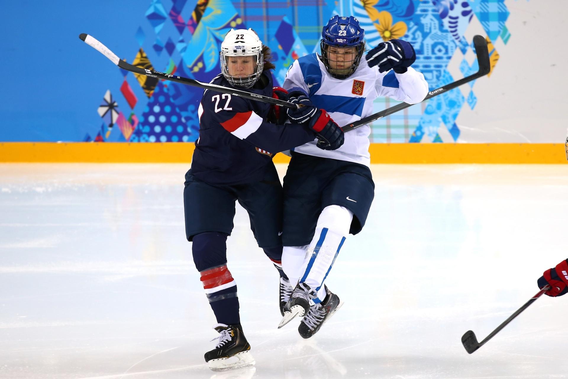 08.02.2014 - Kacey Bellamy, dos Estados Unidos, empurra Nina Tikkinen, da Finlândia