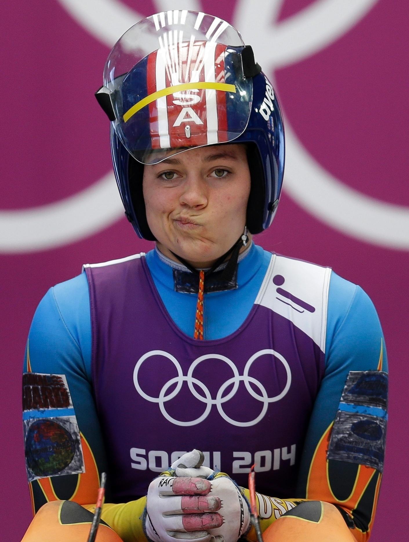 08.02.2014 - Norte-americana Kate Hansen faz biquinho aguardando o início da prova do luge