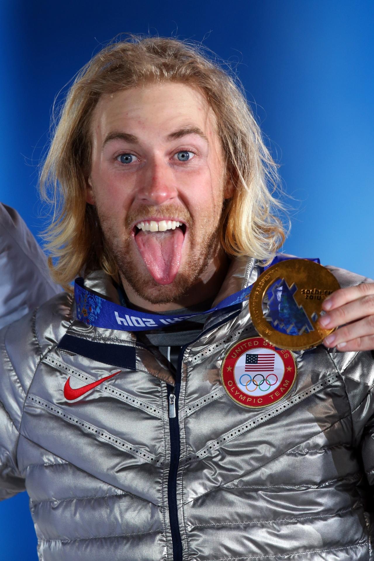 08.02.2014 - O norte-americano Sage Kotsenburg ganhou ouro no Snowboard Slopestyle e além da medalha exibiu a língua para todo mundo!