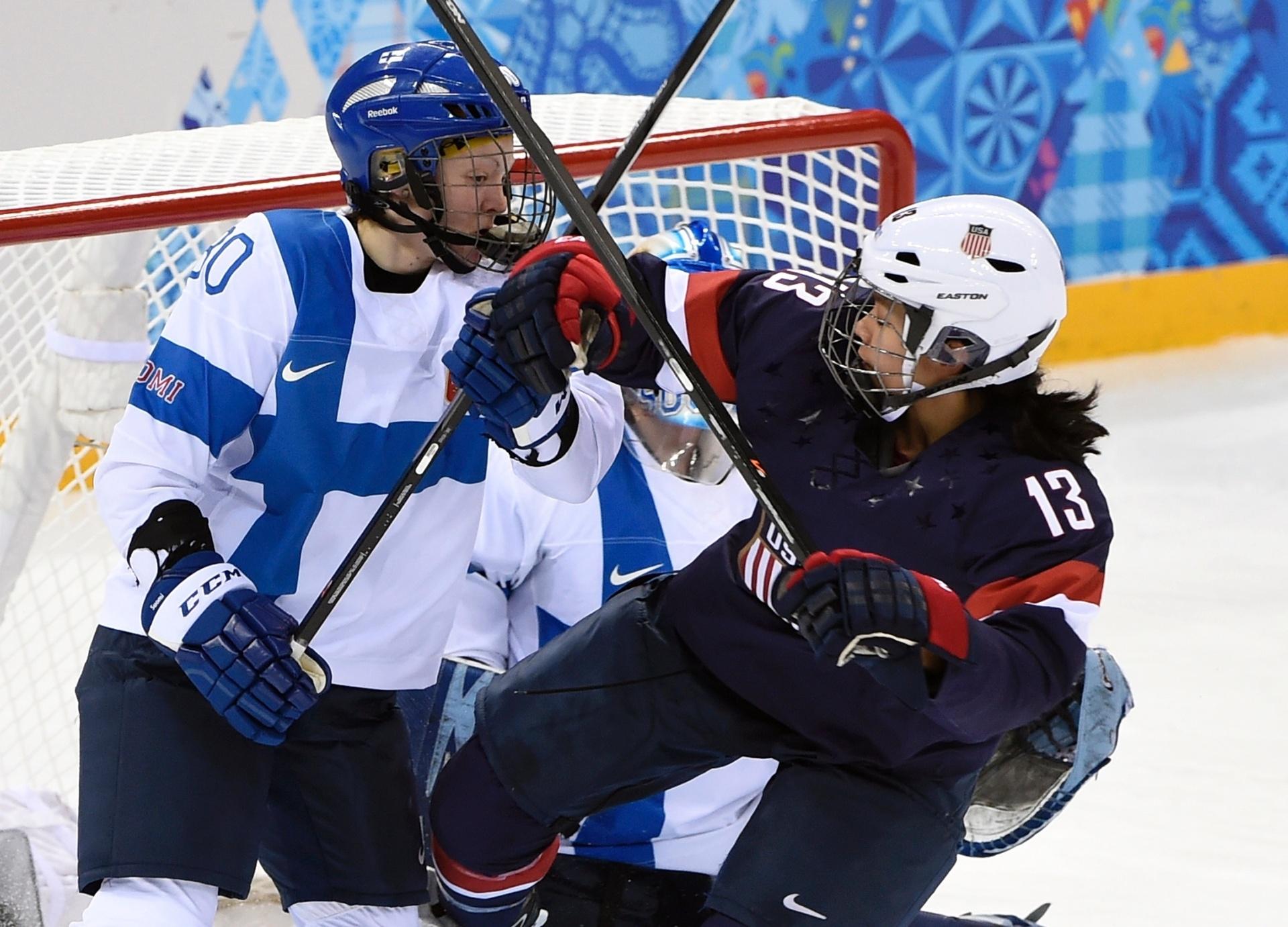 08.02.2014 - Tea Villila e Julie Chu se encaram na partida entre Finlândia e Estados Unidos