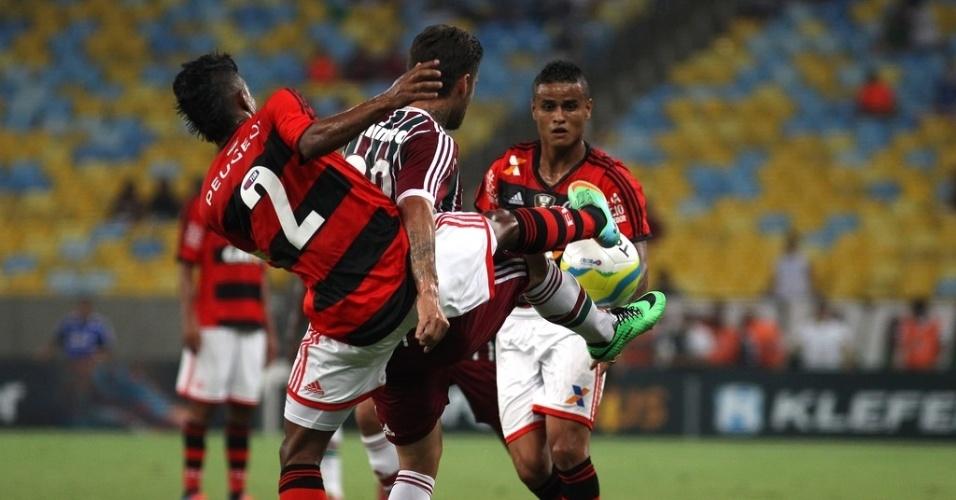 08.fev.2014 - Lateral direito Léo Moura tenta desarmar Rafael Sóbis no duelo no Maracanã