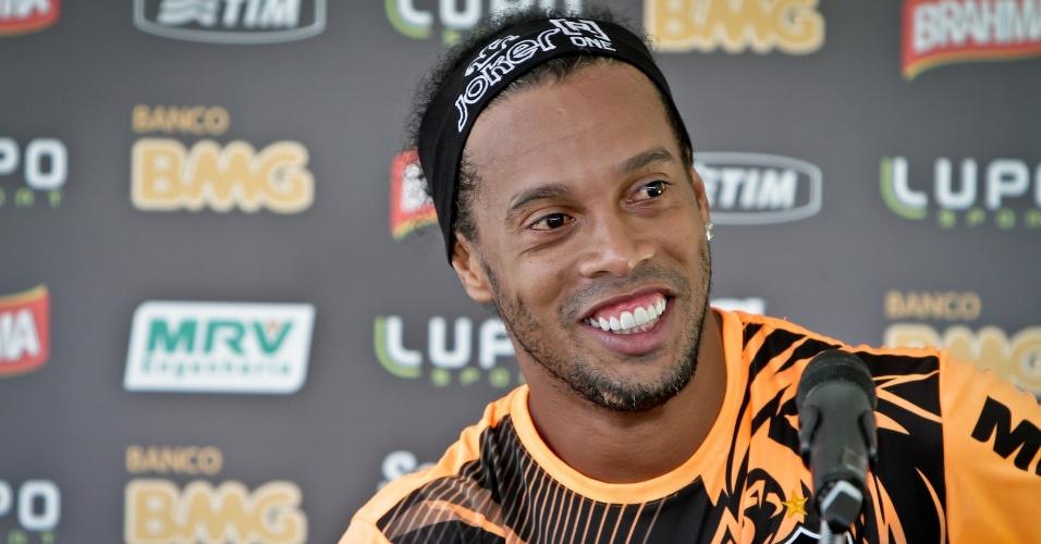 8 fev 2014 - Ronaldinho Gaúcho durante descontraída entrevista na Cidade do Galo, após treino do Atlético-MG