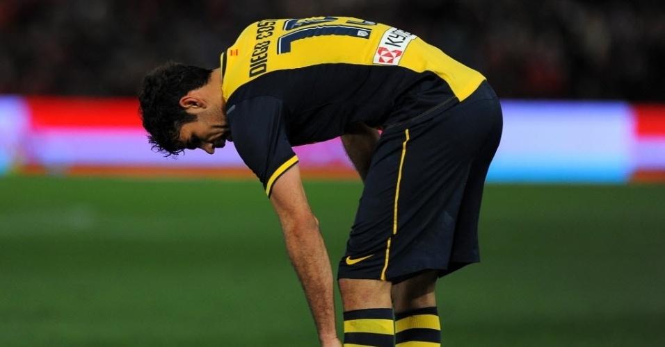 08.fev.2014 - Diego Costa sente incômodo na perna durante a derrota do Atlético de Madri para o Almería por 2 a 0, pelo Campeonato Espanhol