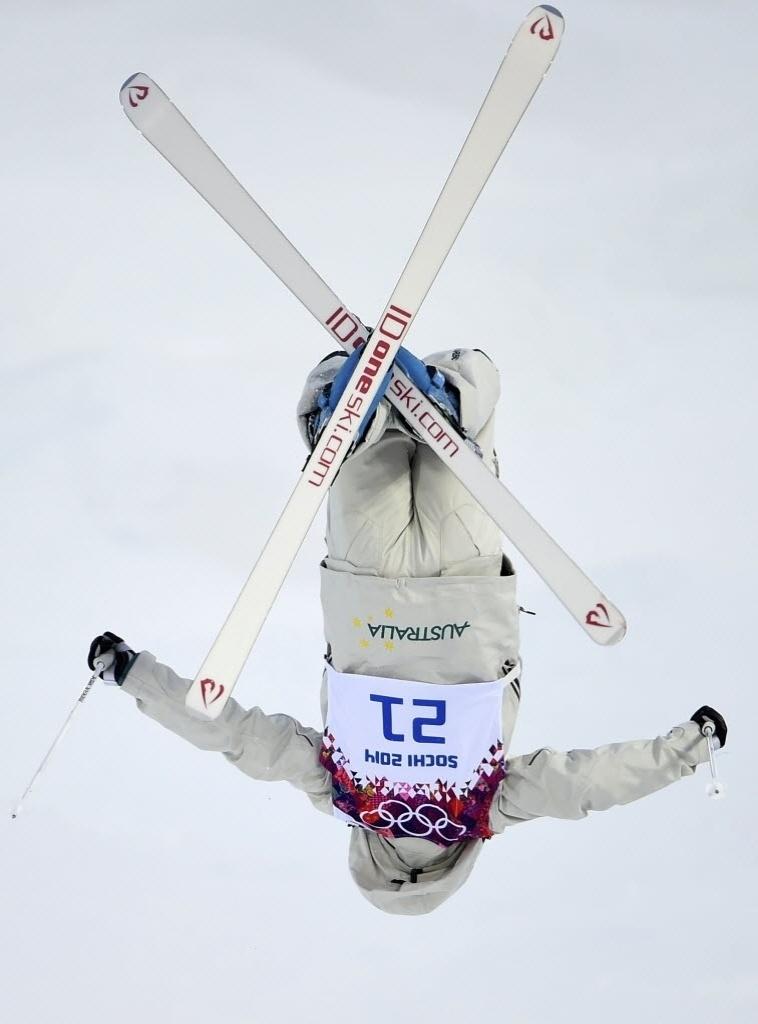 09.02.2014 - Australiana Nicole Parks faz um X com seu ski na disputa do freestyle