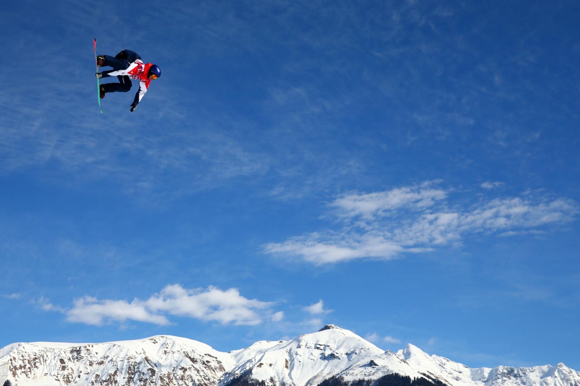 09.02.2014 - Billy Morgan, da Grã-Bretanha, olha para o chão enquanto faz manobra no snowboard slopestyle