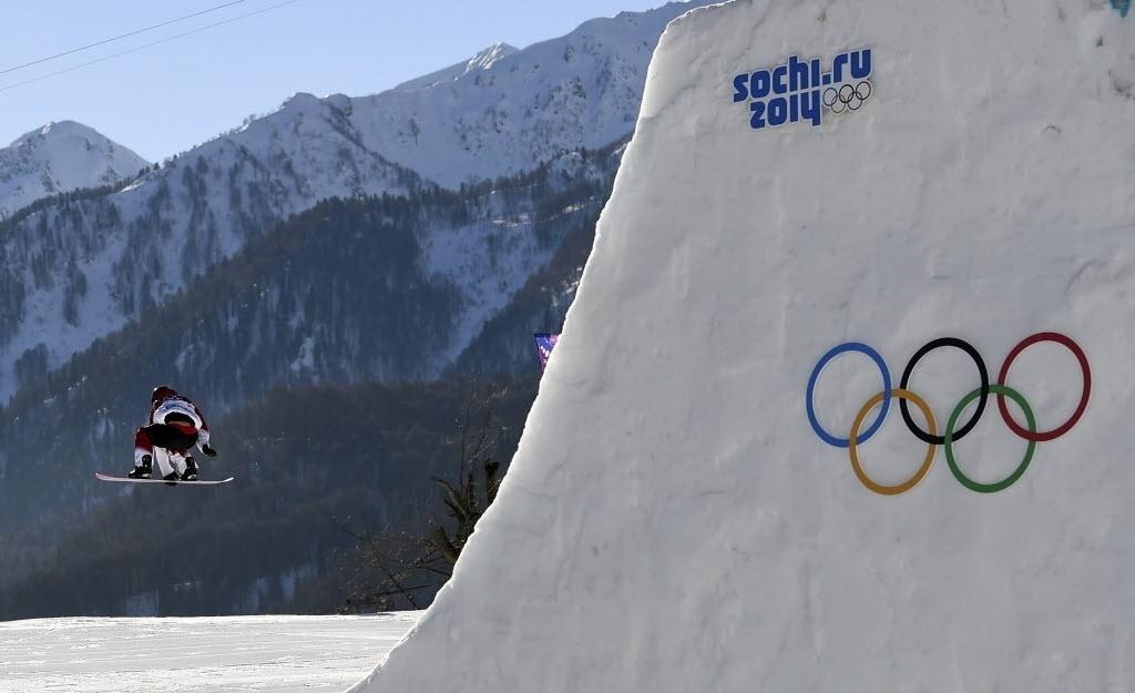 09.02.2014 - Canadense Charles Reid voa na disputa do snowboard slopestyle