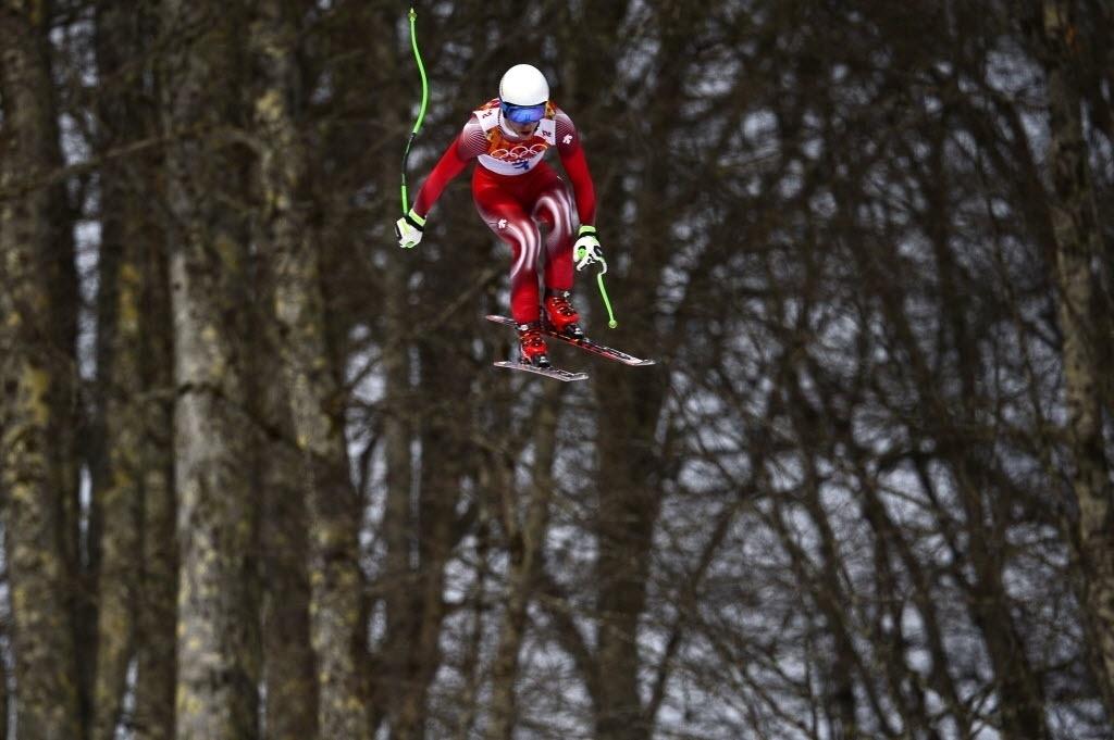 09.02.2014 - Carlo Janka, da Suíça, aparece entre as árvores na prova do ski alpino