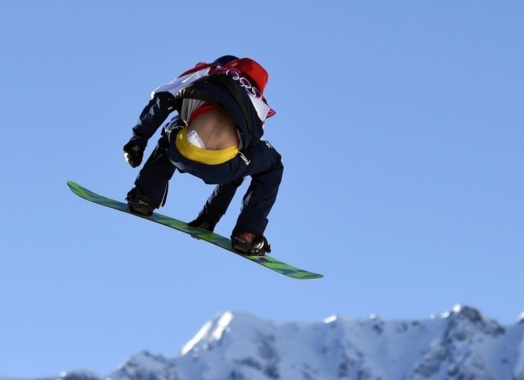 09.02.2014 - Enquanto o britânico Billy Morgan faz manobra no snowboard slopestyle, blusa sobe e mostra atadura