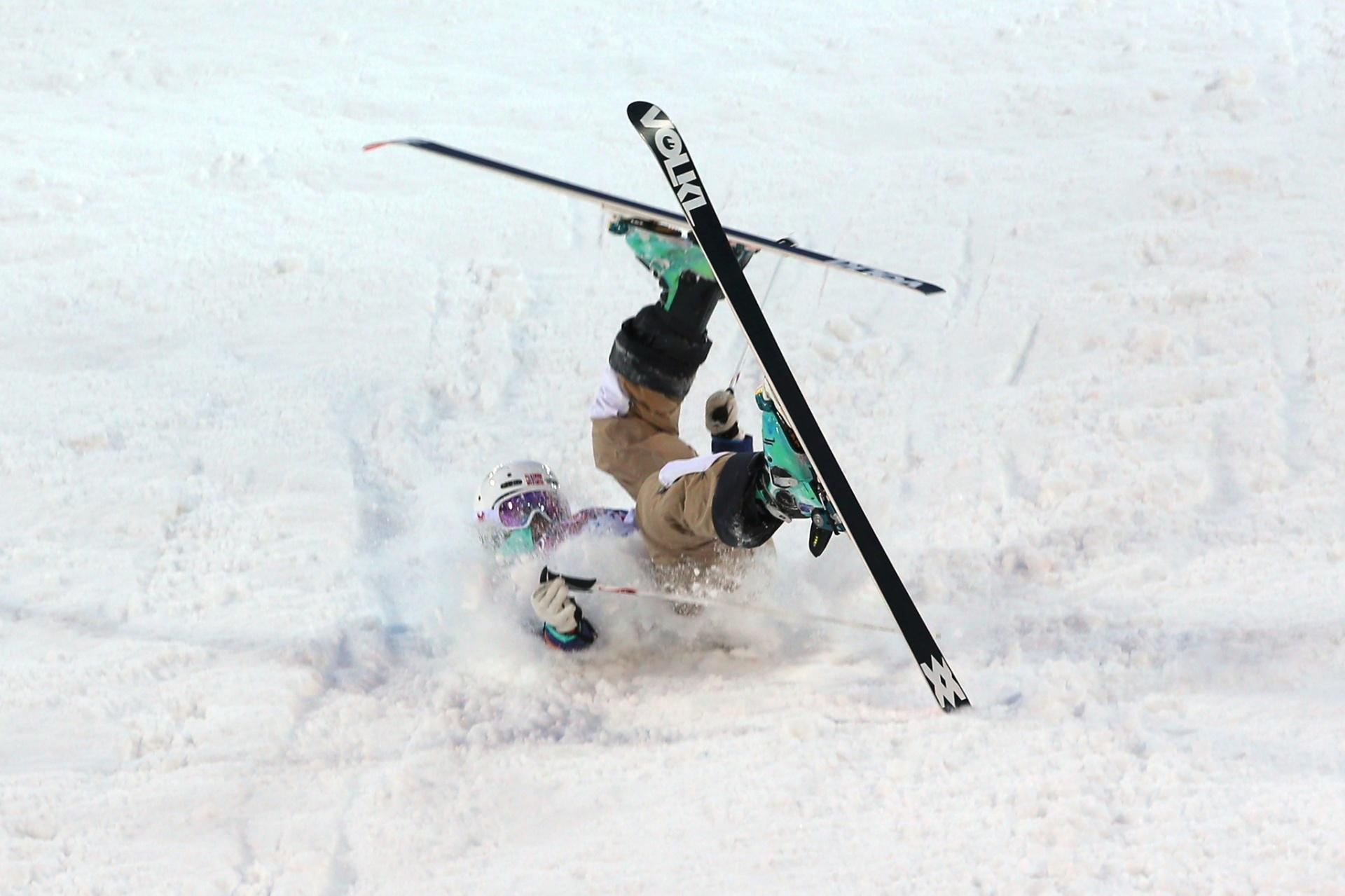 09.02.2014 - Hedvig Wessel, da Noruega, caiu durante a competição feminina do ski freestyle