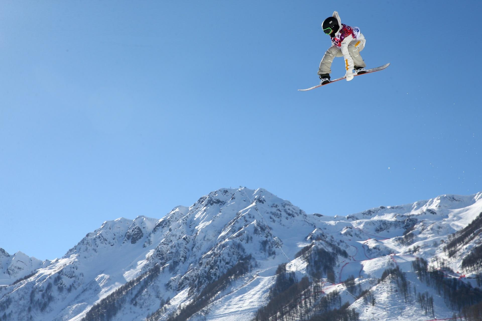 09.02.2014 - Ilusão de ótica faz parecer que o sueco Sven Thorgren, do snowboard slopestyle, está voando acima das montanhas
