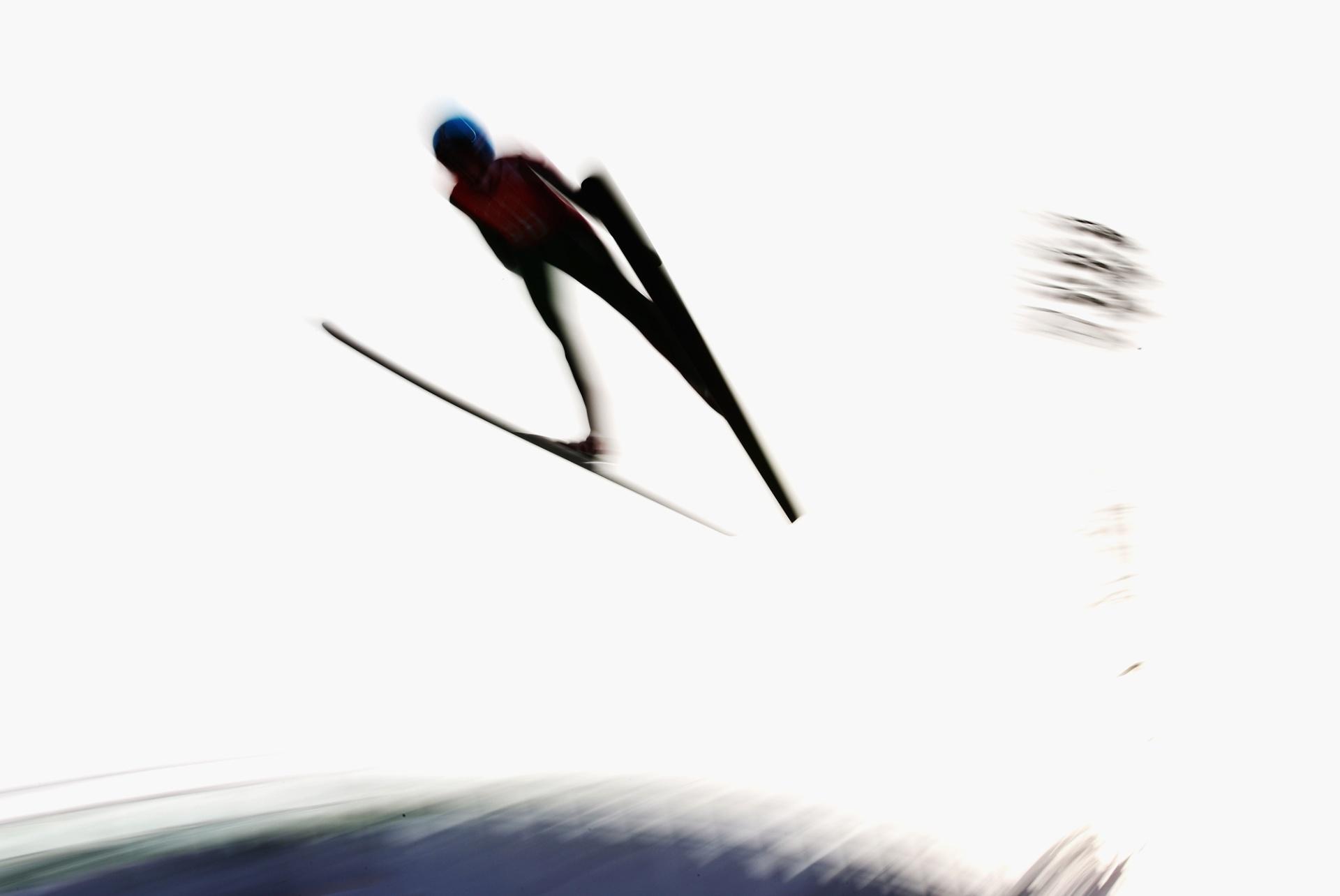 09.02.2014 - Mulher participa dos saltos com ski nos Jogos de Sochi
