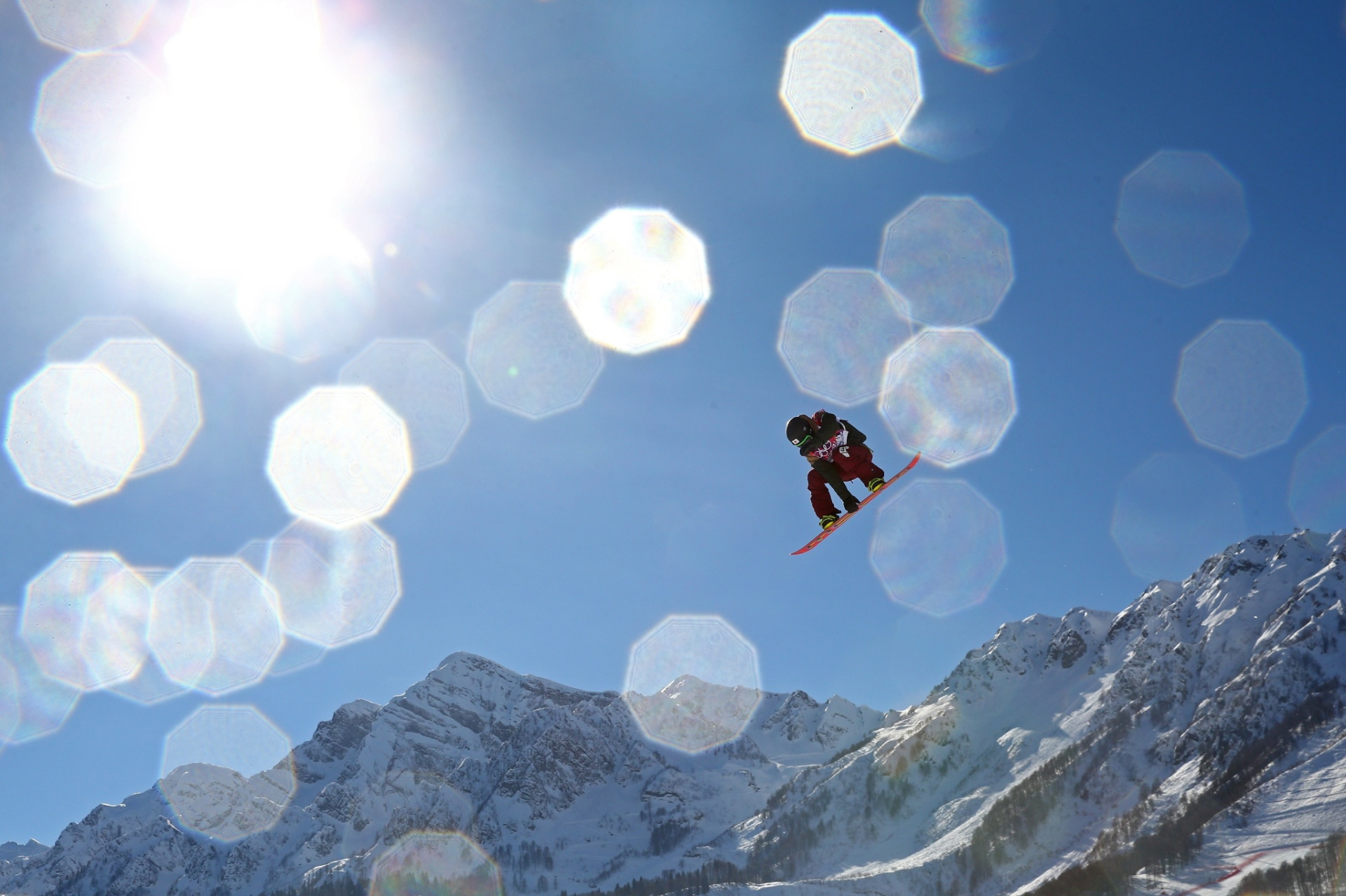 09.02.2014 - Sol cria belo efeito sobre o japonês Yuki Kadono, do snowboard slopestyle
