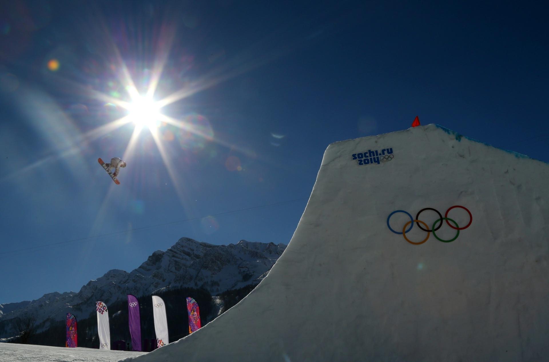 09.02.2014 - Sol ofusca imagem do sueco Sven Thorgren, do snowboard slopestyle