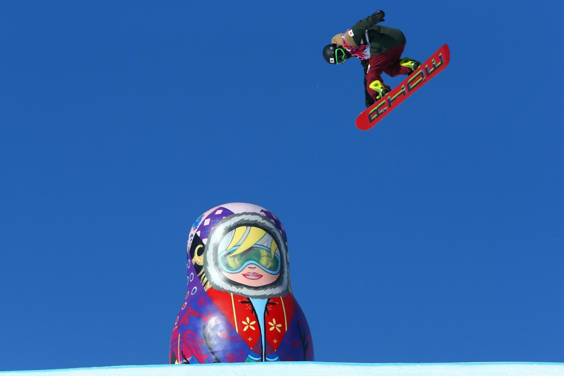 09.02.2014 - Yuki Kadono, do Japão, voa por cima da tradicional boneca russa matrioska