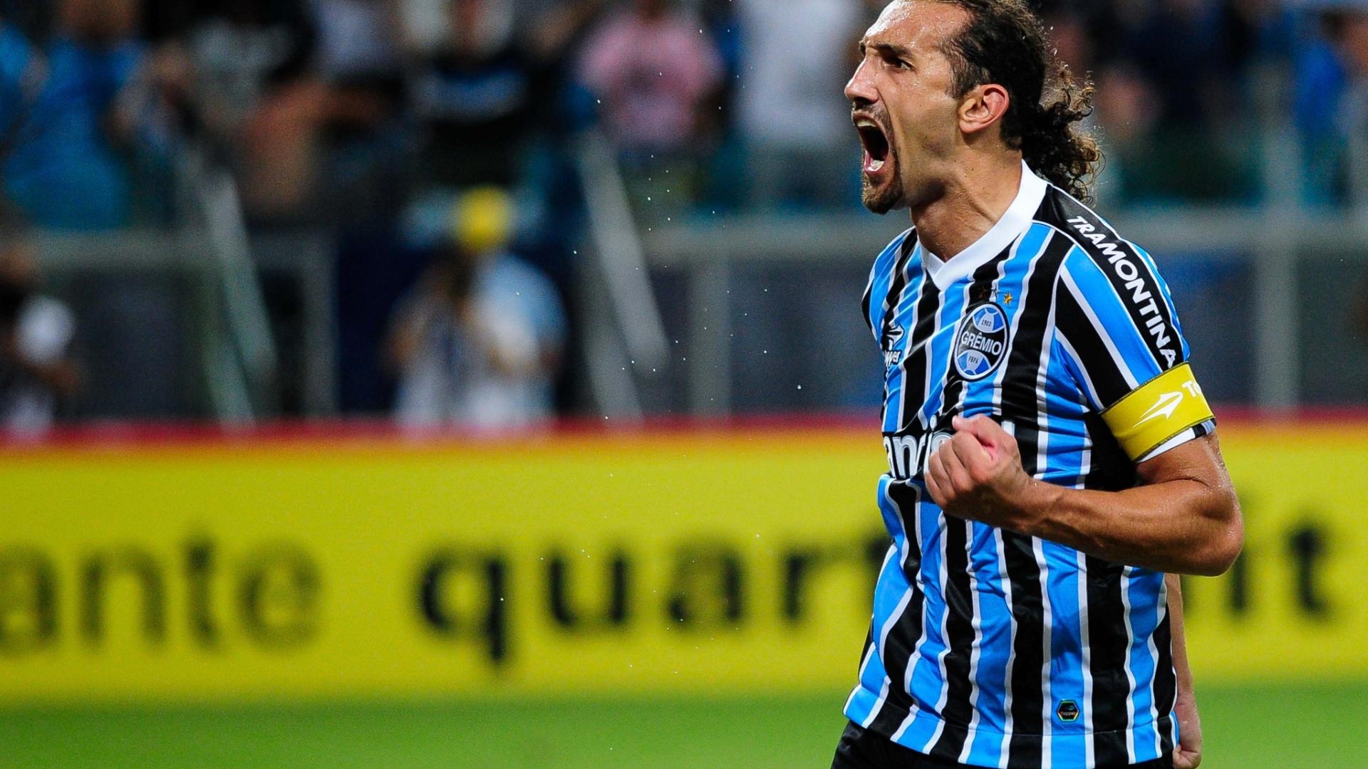 09.fev.2014 - Barcos comemora gol de empate do Grêmio no jogo contra o Inter pelo Gaúcho