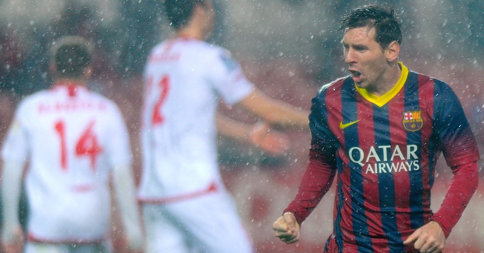09.fev.2014 - Depois, o craque argentino comemorou muito sob forte chuva o primeiro dos seus dois gols no duelo