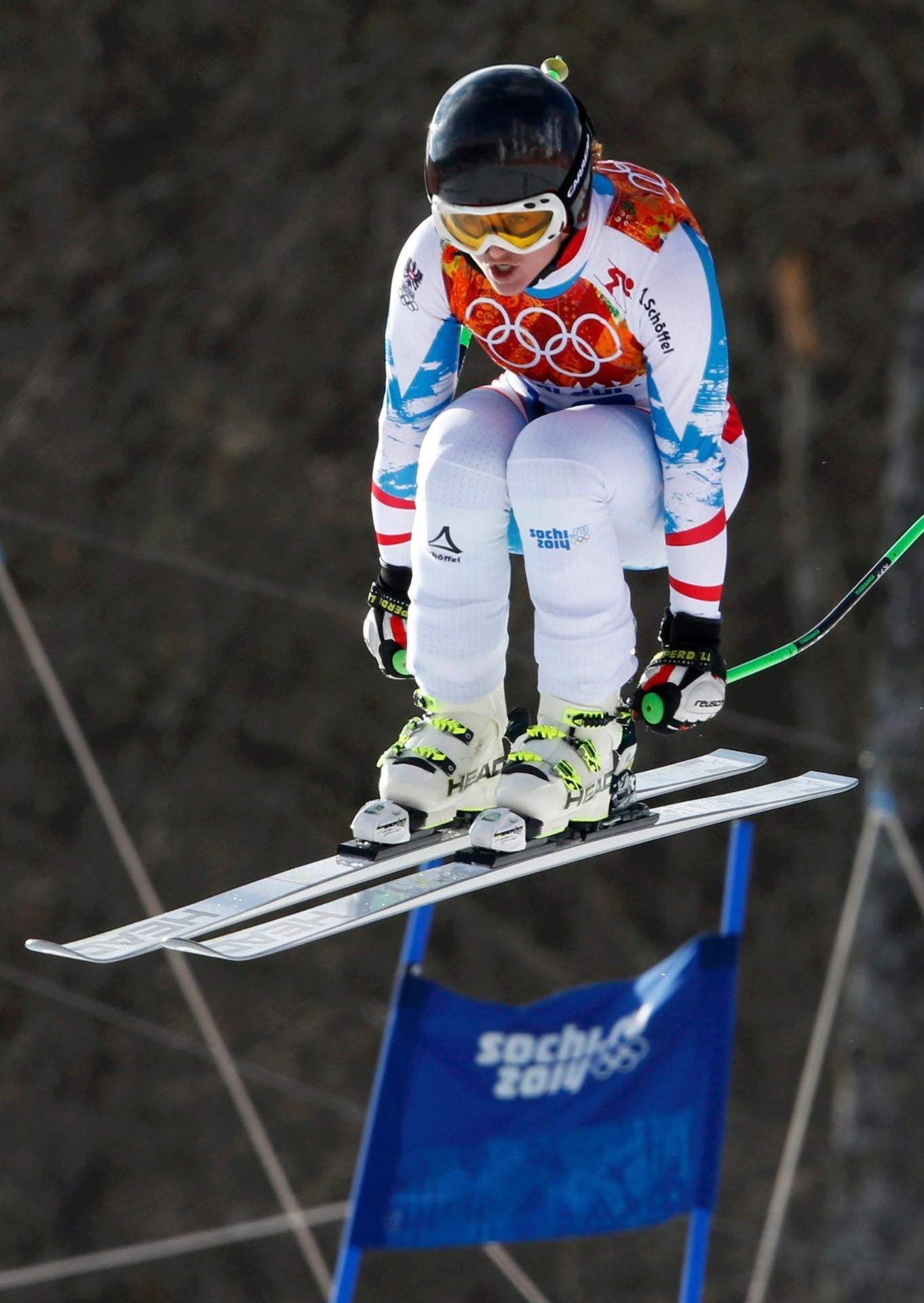 10.02.2014 - Elisabeth Goergl, da Áustria, flexiona as pernas no ar e voa em prova do downhill