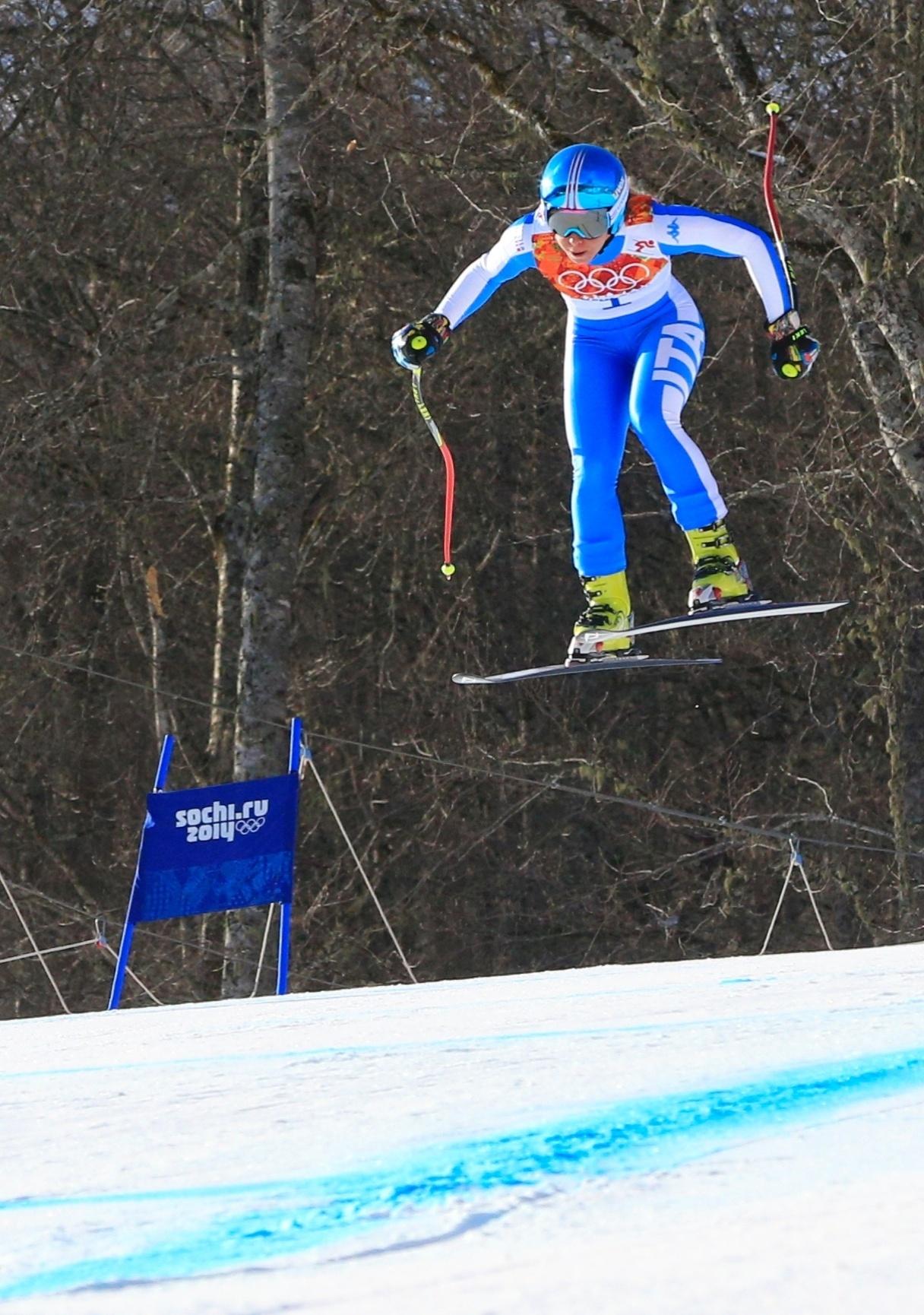 10.02.2014 - Francesca Marsaglia, atleta da Itália, fica com as pernas tortas e voa em Sochi