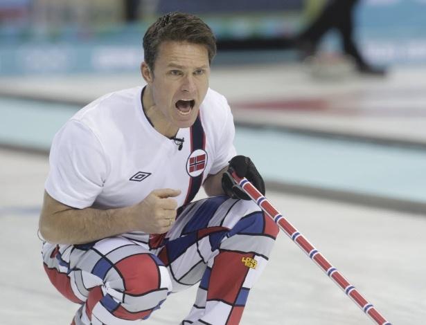 10.fev.2014 - Thomas Ulsrud, da Noruega, grita com companheiros de equipe durante duelo contra os EUA no curling, pelos Jogos de Inverno, em Sochi, na Rússia