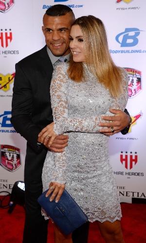 Vitor Belfort e Joana Prado foram combinando os tons de prateado e posaram com boa dose de romantismo no tapete vermelho do Oscar do MMA