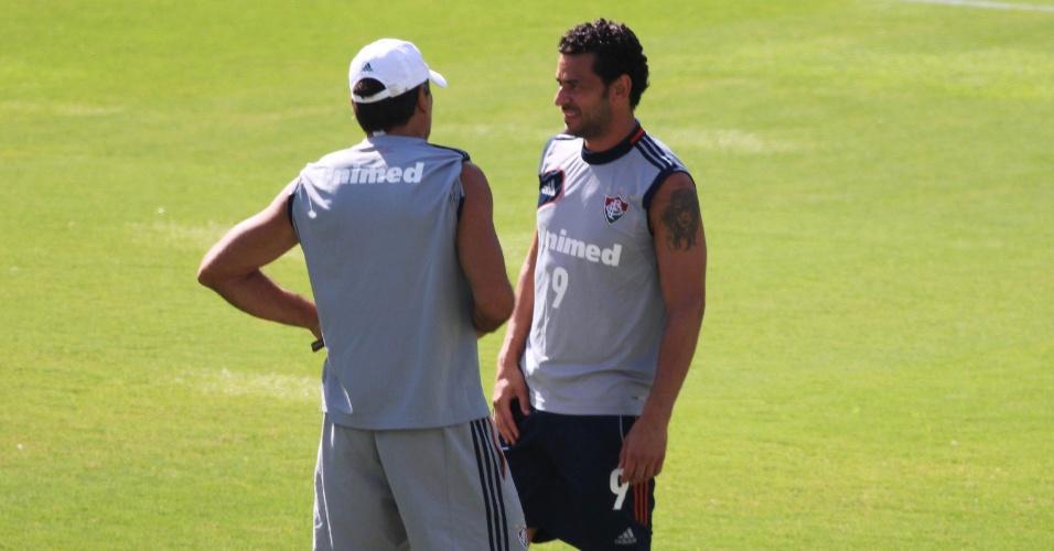 11 fev. 2014 - Fred volta a treinar após lesão na coxa direita e conversa com Renato Gaúcho durante atividade do Fluminense nas Laranjeiras