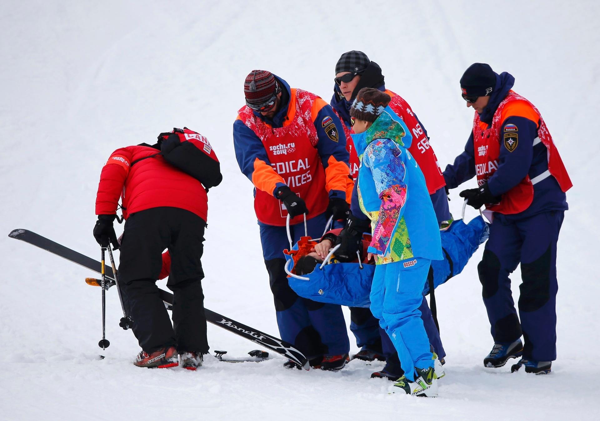 11.02.14 - A canadense Yuki Tsubota sofreu uma queda feia na competição de estilo livre nos Jogos Olímpicos de Inverno. Ela ficou no chão por um tempo até ser carregada de maca para o hospital