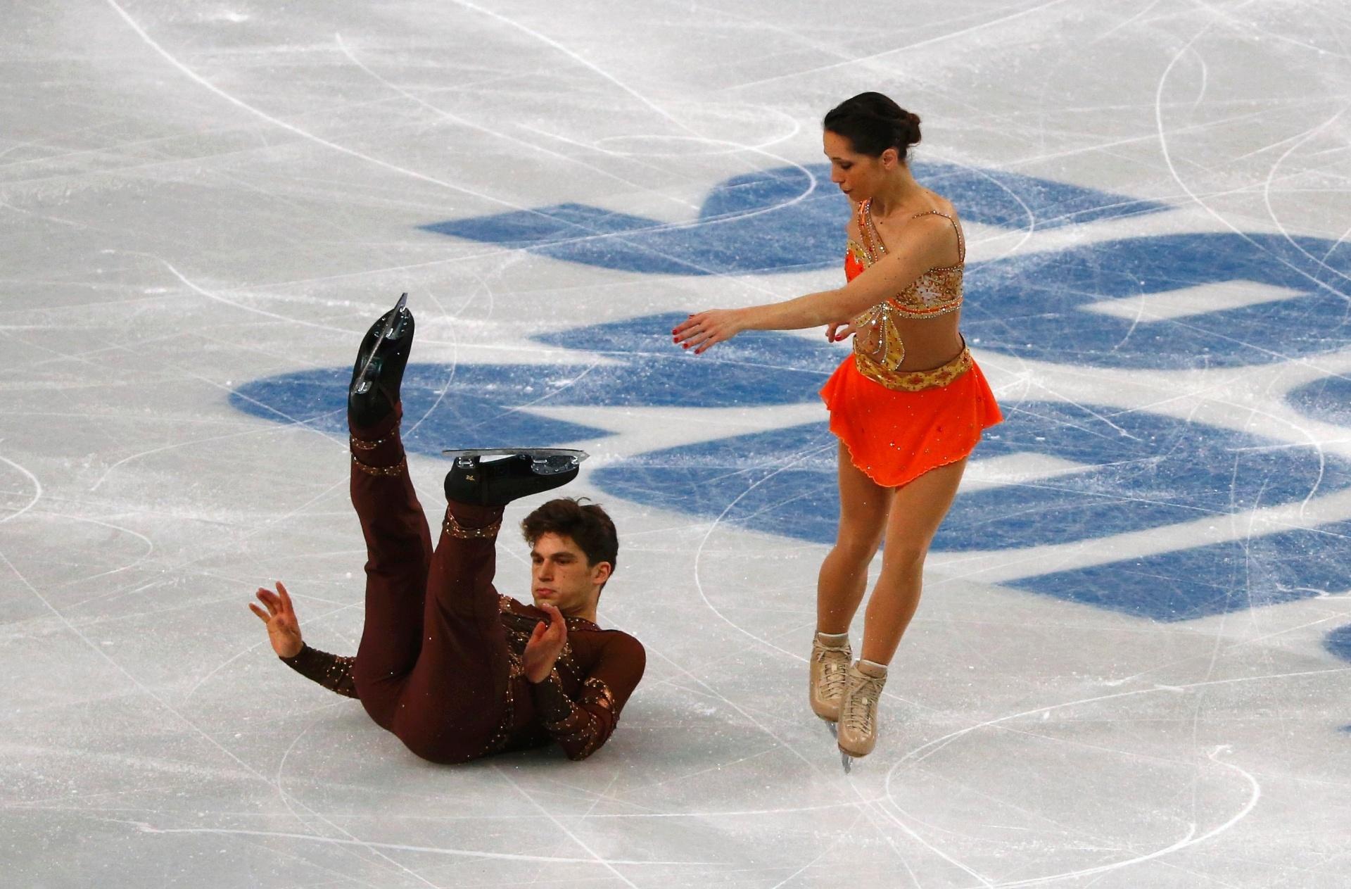 11.02.14 - Italiano Matteo Guarise sofre queda durante apresentação com a parceira Nicole Della Monica, na patinação artística