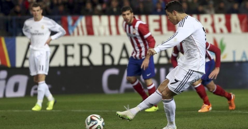 11.02.2014 - Cristiano Ronaldo cobra pênalti pelo Real Madrid em partida contra o Atlético de Madri pela Copa do Rei