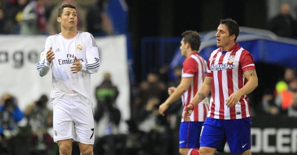 11.02.2014 - Cristiano Ronaldo protesta após levar cartão amarelo em jogo do Real contra o Atlético de Madri