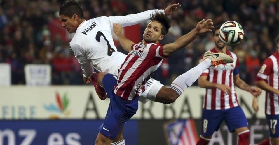 11.02.2014 - Diego briga pela bola com Raphael Varane no jogo do Atlético de Madri contra o Real Madrid, pela Copa do Rei