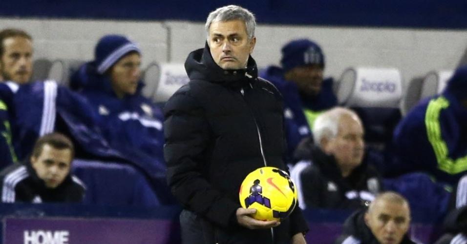 11.02.2014 - José Mourinho parece preocupado na beira do gramano durante partida do Chelsea contra o West Bromwich, pelo Campeonato Inglês