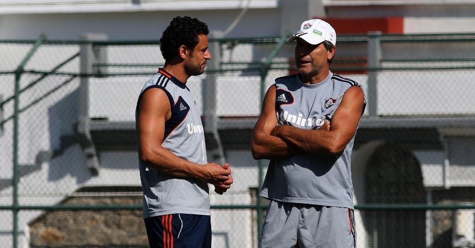 11.fev.2014 - O atacante Fred conversa com o treinador Renato Gaúcho durante o treino do Fluminense