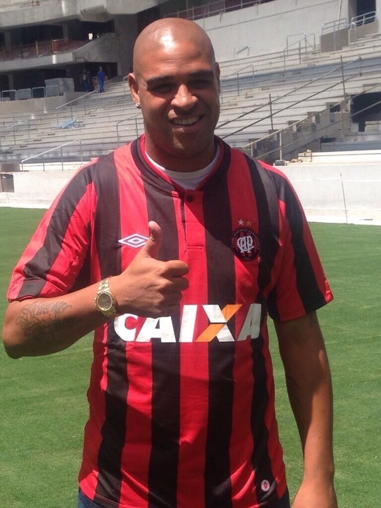 Adriano posa com a camisa do Atlético-PR