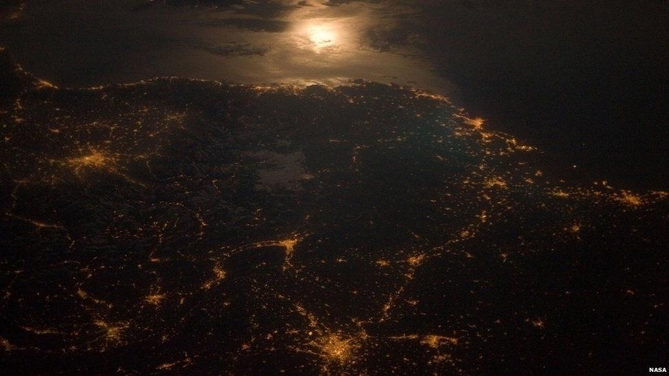 Esta foto, tirada à meia-noite pela Estação Espacial Internacional, captura as luzes na fronteira franco-italiana, incluindo a cidade de Turim, onde ocorreram os Jogos de Inverno de 2006.