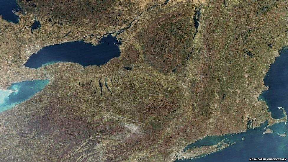 Os Jogos de Inverno de 1932 e 1980 ocorreram na região de Lake Placid, no Estado americano de Nova York, mostrada nesta foto de novembro de 2009. As regiões de cor marrom escuro são áreas montanhosas.