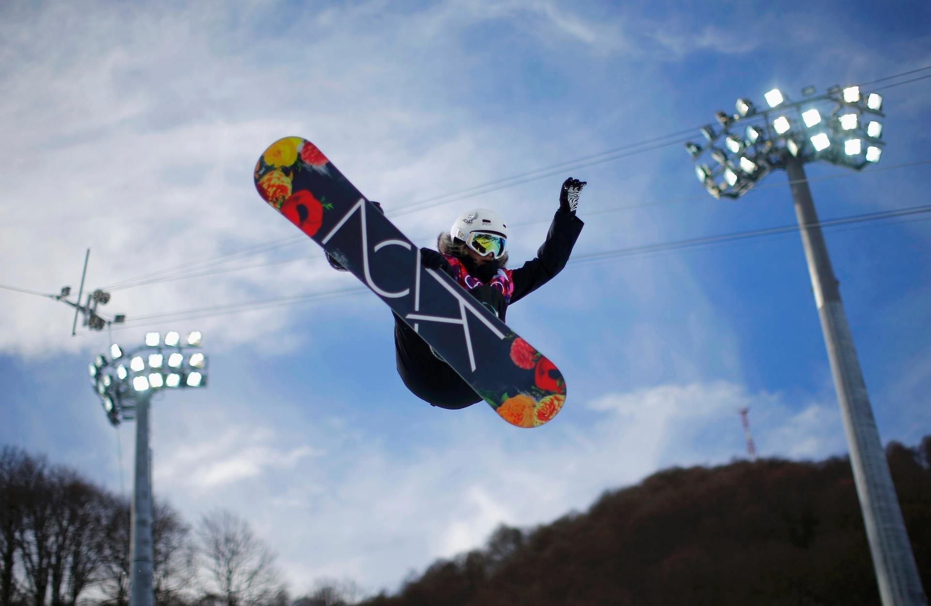 12.02.2014 - Rebecca Sinclair, da Nova Zelândia, decola em competição de snowboard nos Jogos Olímpicos de Sochi, na Rússia