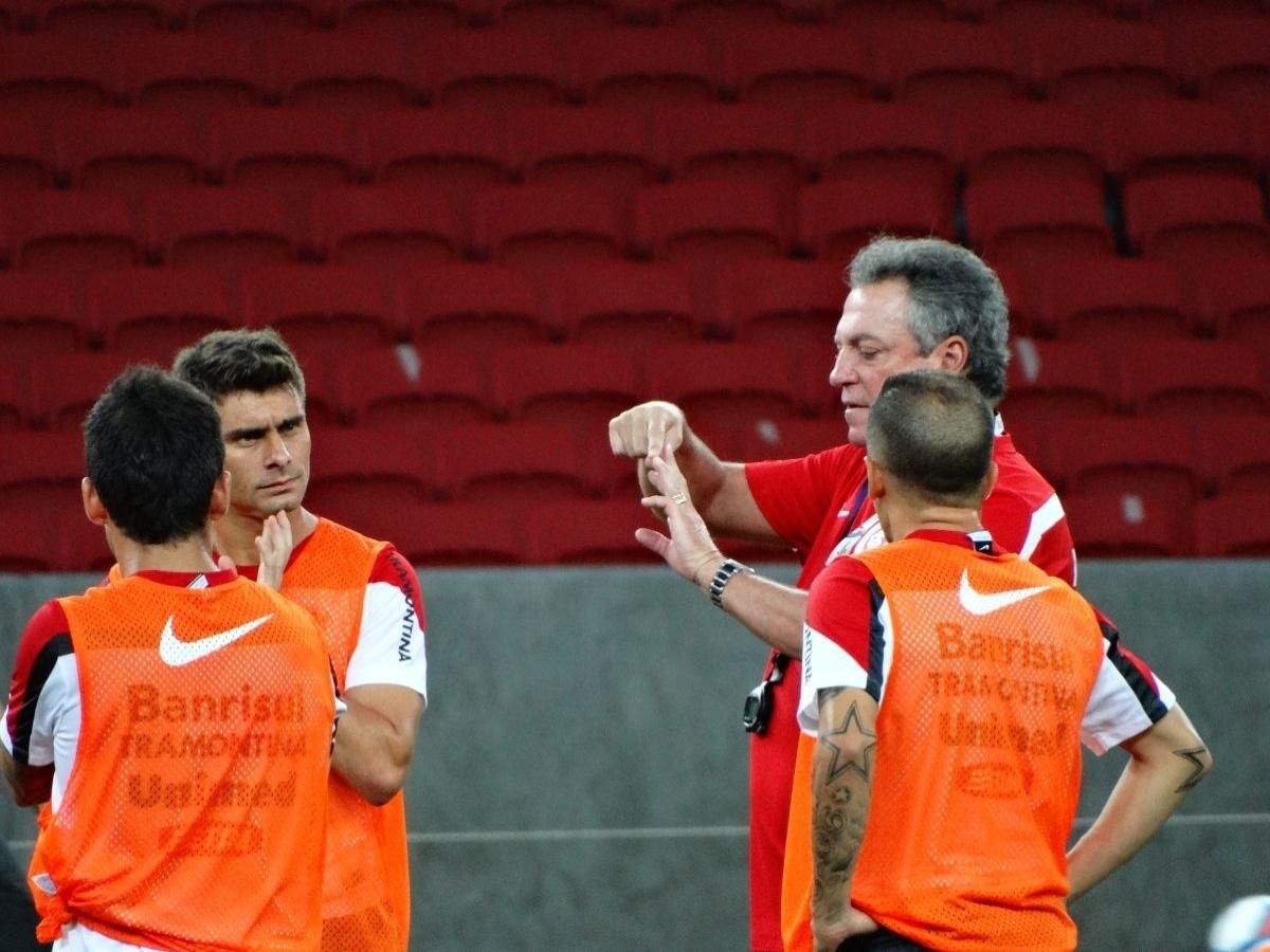 12.fev.2014 - Alex e D'Alessandro recebem instruções de Abel em treino no novo Beira-Rio