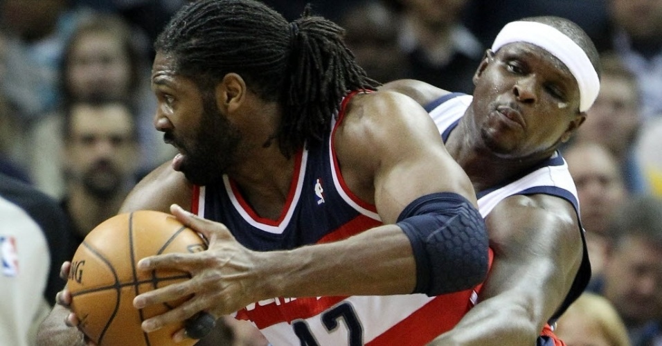 12.fev.2014 - Brasileiro Nenê controla a bola diante de Zach Randolph durante partida da NBA entre Washington Wizards e Memphis Grizzlies