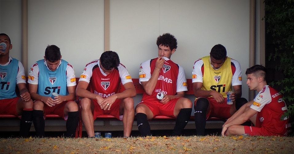 Alexandre Pato senta no banco de reservas ao lado dos companheiros de São Paulo em seu primeiro treino aberto pelo clube