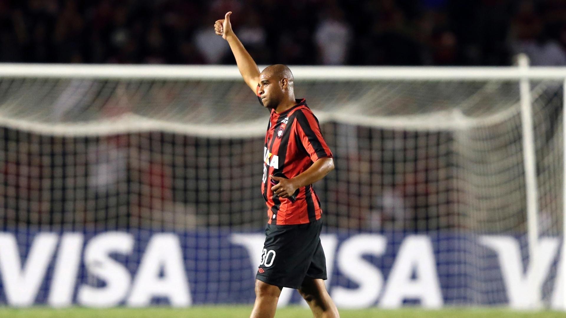 13.fev.2014 - Adriano acena para a torcida do Atlético-PR após sua estreia na partida contra o The Strongest, pela Libertadores