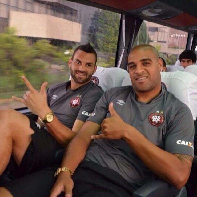 13.fev.2014 - Atacante Adriano senta ao lado do goleiro Weverton no ônibus no caminho para a Vila Capanema, onde o Atlético-PR enfrenta o The Strongest