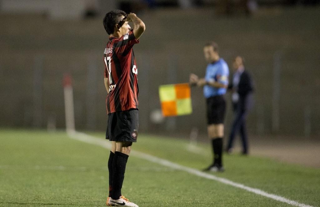 13.fev.2014 - Paulinho Dias comemora gol do Atlético-PR contra o The Strongest na estreia do time na fase de grupos da Libertadores