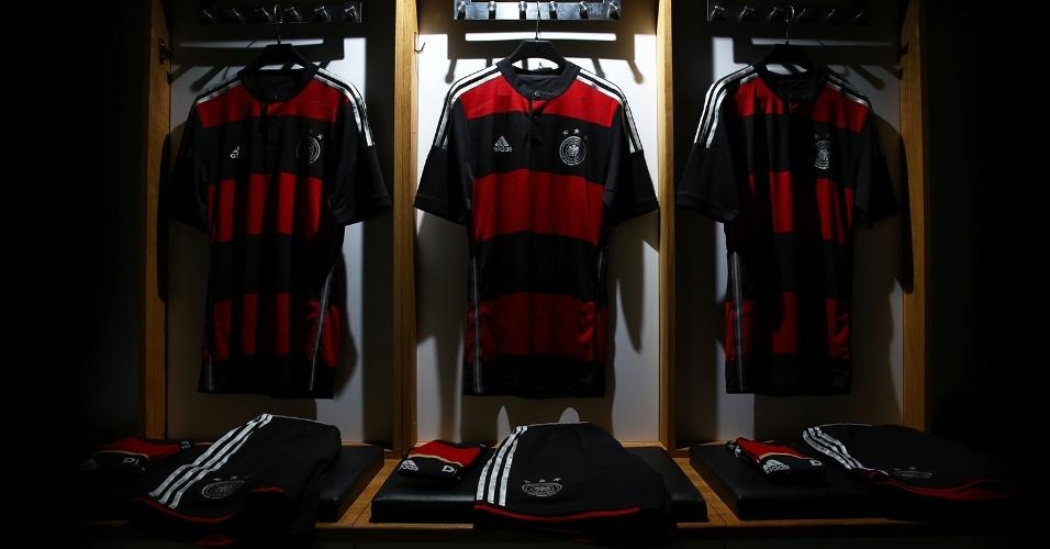 Camisa da Alemanha (esq.) para a Copa do Mundo será bastante parecida com a rubro-negra do Flamengo