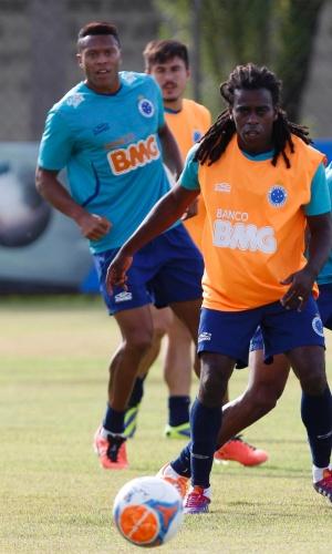 14 fev 2014 - Após ser vítima de racismo no Peru, Tinga participou do treino entre os reservas do Cruzeiro, na Toca II
