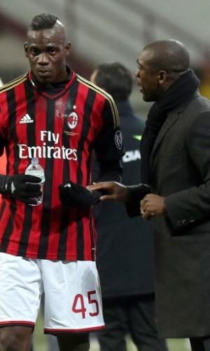 14.fev.2014 - Seedorf conversa com Balotelli durante o duelo entre Milan e Bologna pelo Campeonato Italiano