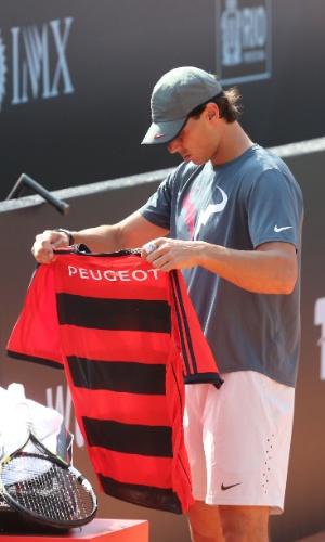 Rafael Nadal ganhou uma camisa do Flamengo antes de realizar um treino na quadra central do Rio Open