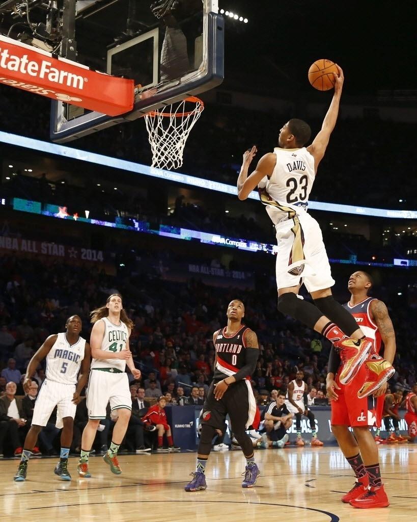 14.fev.2014 - Anthony Davis, o Monocelha, enterra na partida dos novatos da NBA; ele atuou em casa, já que é do New Orleans Hornets